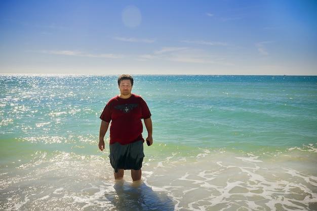Homem nadando e água limpa do oceano