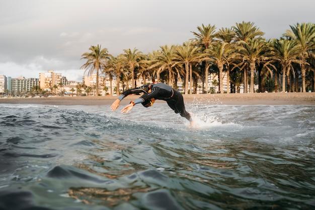 Homem nadando em pleno tiro