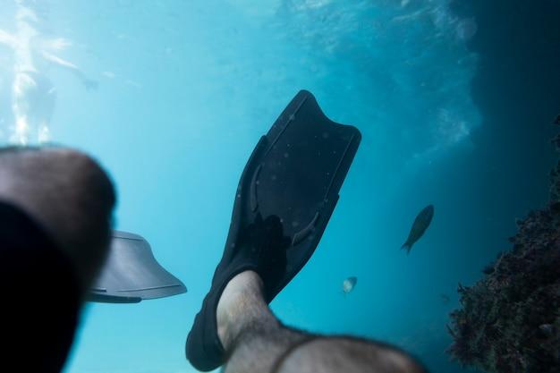 Homem nadando sob o oceano