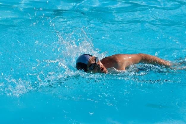 Homem natação