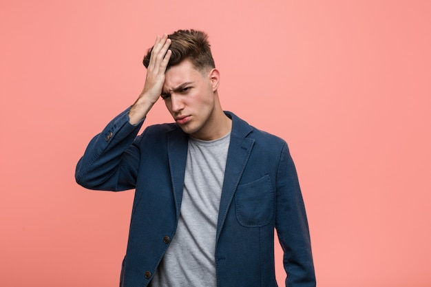 Homem natural de negócios jovem esquecendo algo, tapa na testa com a palma da mão e fechar os olhos.