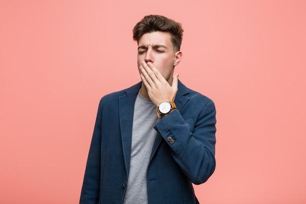 Homem natural do negócio novo que boceja mostrando uma boca cansado da coberta do gesto com ele mão.