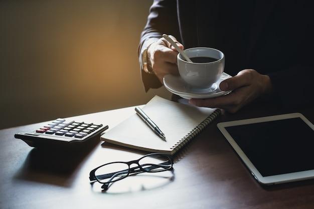 Homem negócio, café bebendo, ligado, tabela madeira