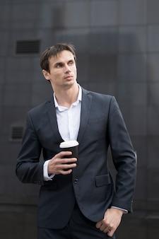 Homem negócio, com, café, ligado, partir
