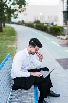Homem negócio, com, laptop