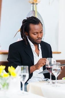Homem negócio, com, tabuleta, em, restaurante
