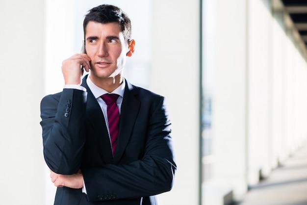 Homem negócio, com, telefone, ao ar livre