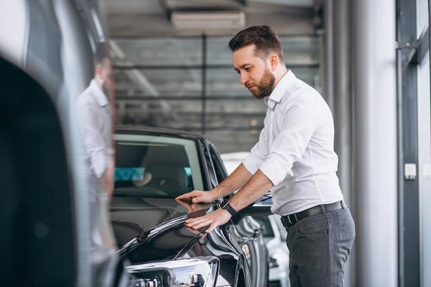 Homem negócio, comprando um carro, em, um, showroom