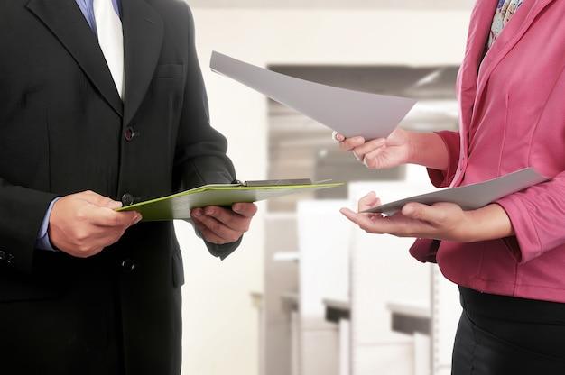 Homem negócio, e, mão mulher, segurando clipboard, e, papel