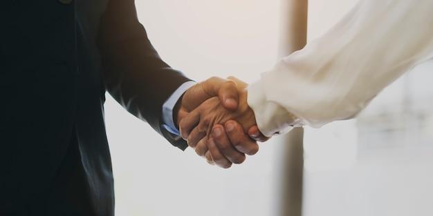 Homem negócio, e, mulher negócio, apertar mão