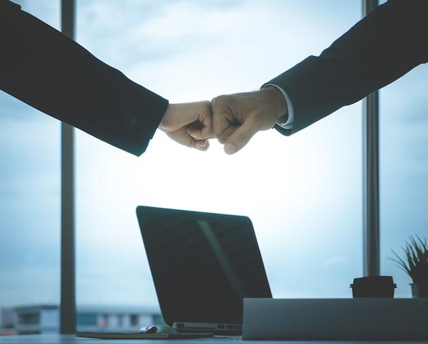 Homem negócio, e, mulher, par negócio, punho, colisão, mão, junto, para, trabalho equipe