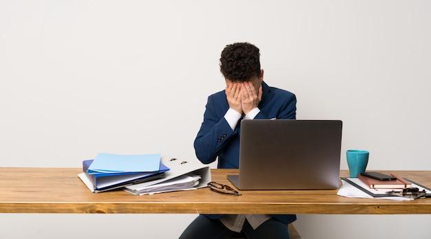 Homem negócio, em, um, escritório, com, cansado, e, expressão doente