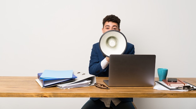 Homem negócio, em, um, escritório, shouting, através, um, megafone
