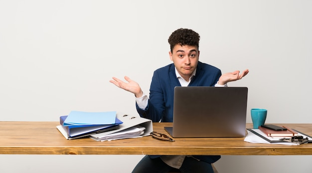 Homem negócio, em, um, escritório, tendo, dúvidas, enquanto, levantando mãos