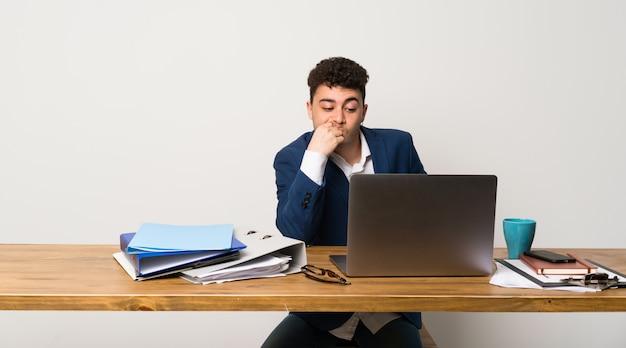 Homem negócio, em, um, escritório, tendo dúvidas