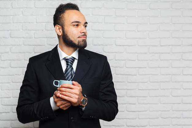 Homem negócio, em, um, terno negócio, e, um, xícara café