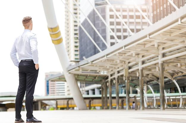 Homem negócio, ficar, olhar, predios, ao ar livre, conceito, negócio, sucesso