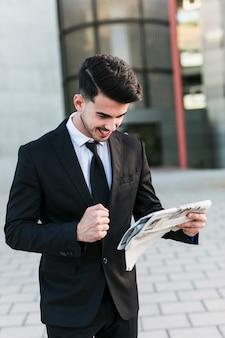 Homem negócio, frente, a, edifício escritório
