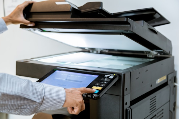 Homem negócio, imprensa mão, botão, ligado, painel, de, impressora