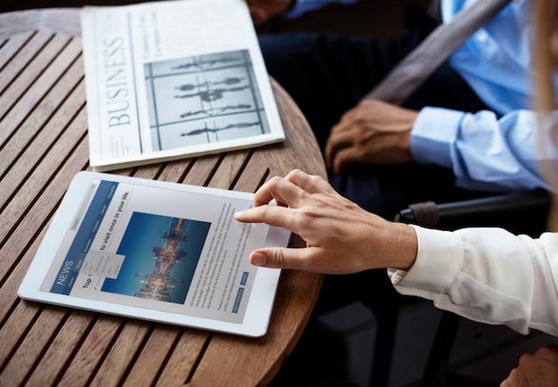 Homem negócio, lendo um jornal, e, um, mulher negócio, lendo uma notícia, com, dela, dispositivo digital