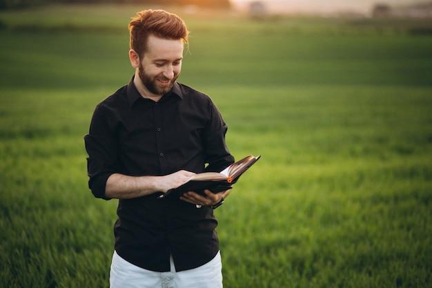 Homem negócio, lendo um livro, em, um, campo