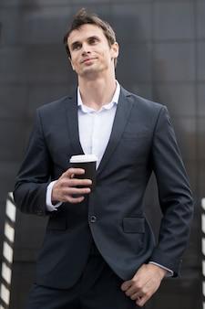 Homem negócio, ligado, partir, com, xícara café