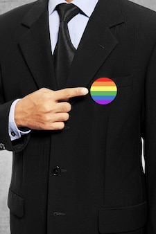Homem negócio, mostrar, seu, bandeira gay, alfinete