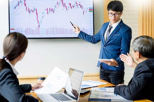 Homem negócio, orador, conversa, estoque, lucro, gráfico, apresentação, reunião, escritório, em, tábua