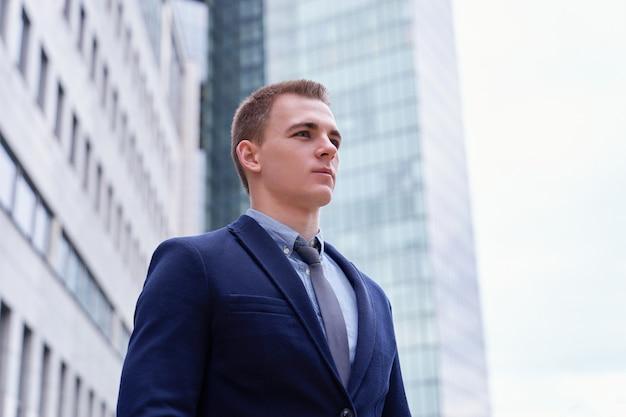 Homem negócio, retrato, ao ar livre
