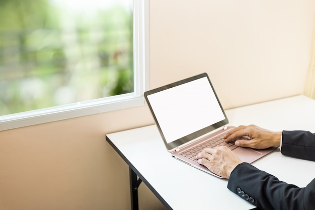 Homem negócio, trabalhando, com, lakptop, ligado, tabela