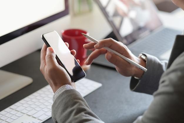 Homem negócio, trabalhando, com, telefone móvel, em, escritório