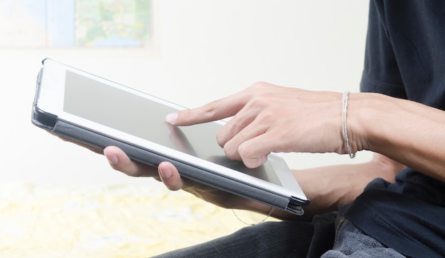 Homem negócio, trabalhando, com, um, tablete digital