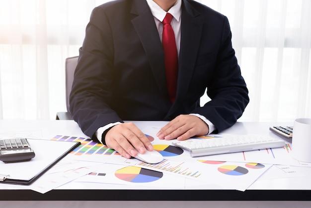 Homem negócio, trabalhando, em, escritório, com, computador desktop, e, documentos, ligado, seu, escrivaninha