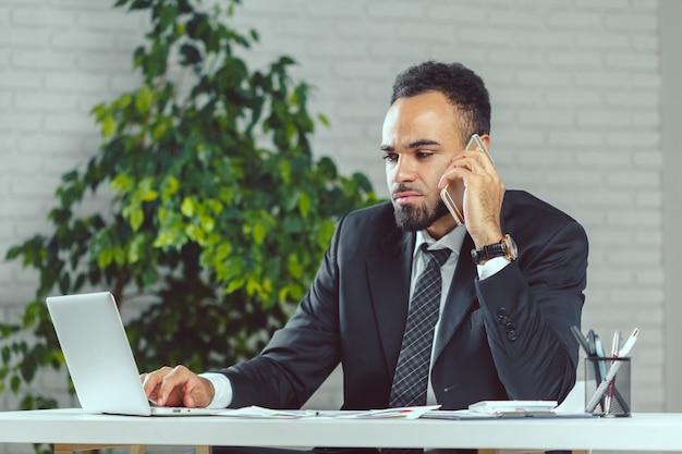 Homem negócio, trabalhando, em, escritório