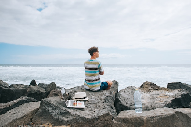 Homem negócio, trabalhar, praia, com, um, laptop