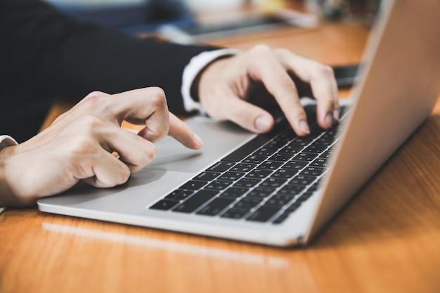Homem negócio, usando computador portátil