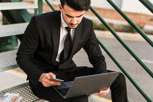 Homem negócio, usando, seu, laptop