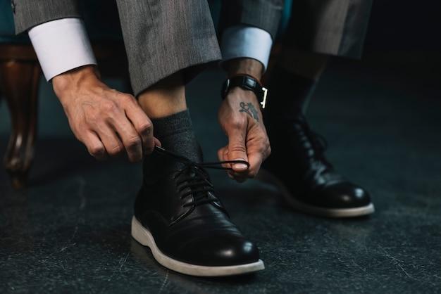 Homem negócio, vestir-se, com, clássicas, e, elegante, sapatos, amarrando, cadarço