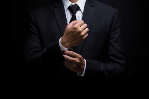 Homem negócios, ajustar, seu, abotoaduras
