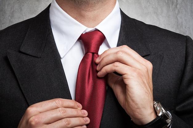 Homem negócios, ajustar, seu, gravata