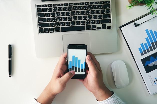 Homem negócios, analisar, dados financeiros, ligado, smartphone