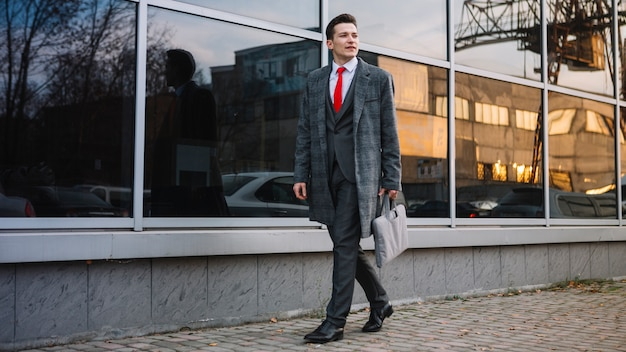 Homem negócios, andar, com, um, pasta