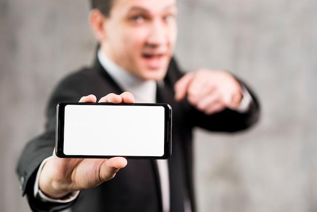 Homem negócios, apontar, smartphone, com, em branco, exposição