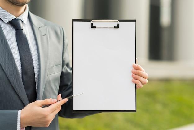 Homem negócios, apresentando, área de transferência