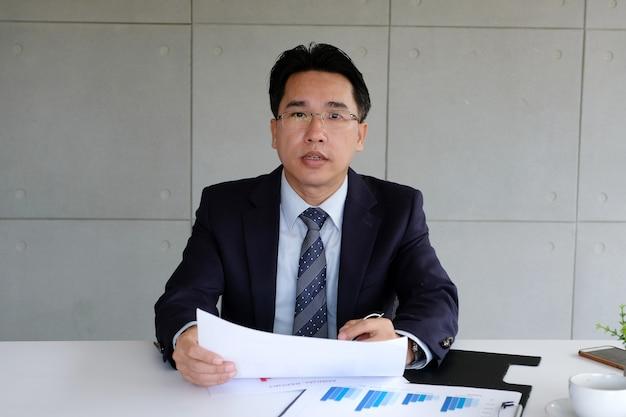 Homem negócios, apresentando, informação negócio, em, reunião escritório