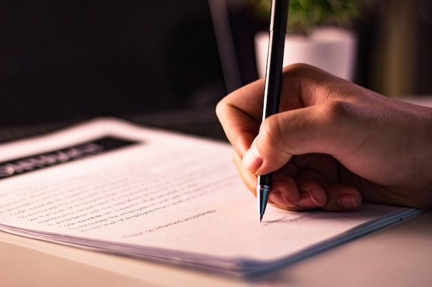 Homem negócios, assinando, um, documento, em, escritório