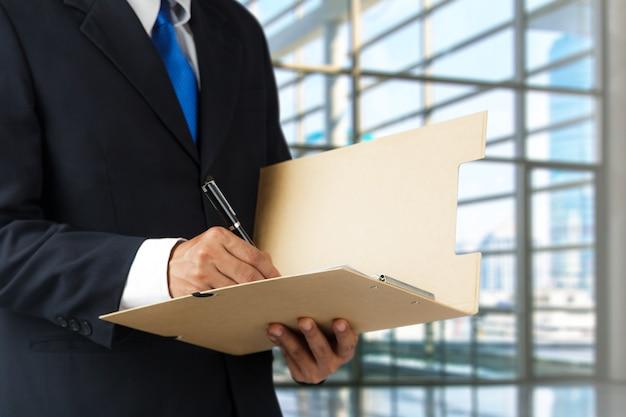 Homem negócios, assinando, um, documento