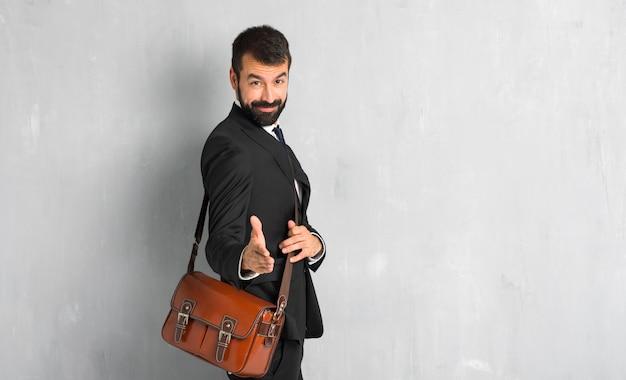 Homem negócios, barba, handshaking, após, bom negócio