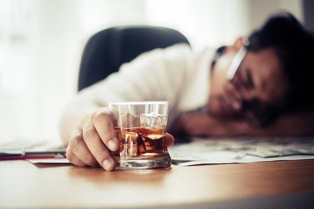 Homem negócios, bebendo, em, local trabalho