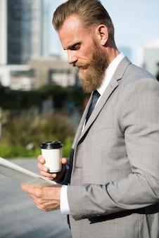 Homem negócios, bebendo, um, café, e, lendo um jornal, de, a, manhã, comutar